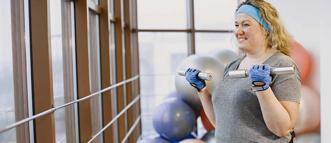 Eine dicke Frau treibt Sport zur Gewichtsabnahme bei Arthrose