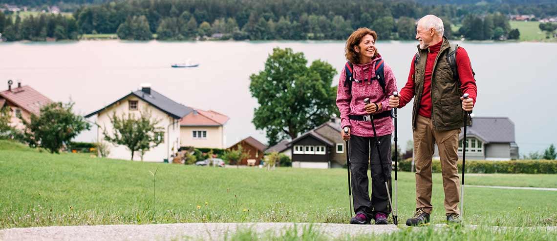 Ehepaar macht Nordic Walking als Vorbeugung gegen Arthrose