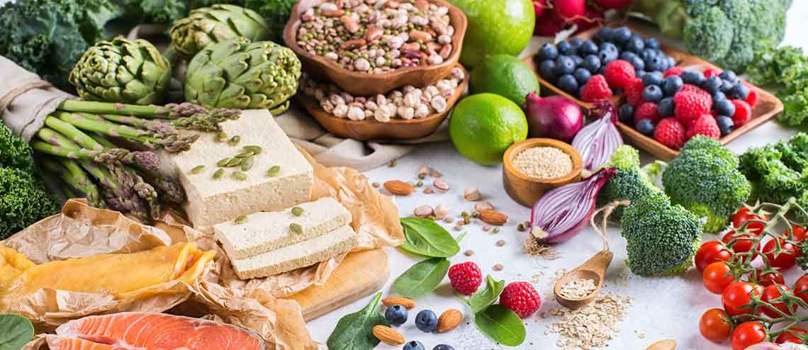 Gesunde Lebensmittel für eine vorwiegend pflanzliche Ernährung bei Gelenkschmerzen und Arthrose