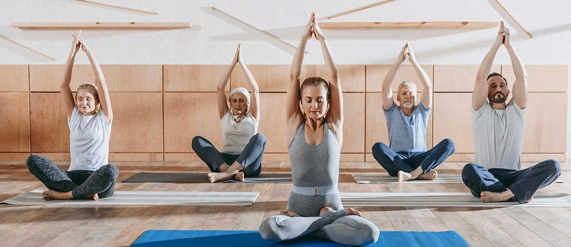 Damen machen miteinander Gymnastik, weil Sport und Bewegung Arthrose vorbeugt
