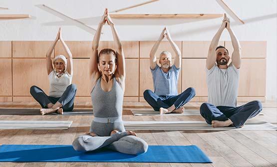 Eine Gruppe von Menschen treibt gelenkschonende Gymnastik zur Bewegung bei Arthrose und trainiert die Haltemuskulatur